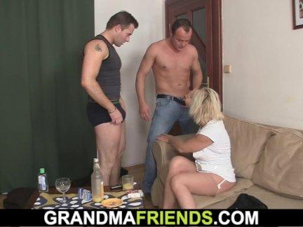 Блондинка бабушка пользуется трах два члена