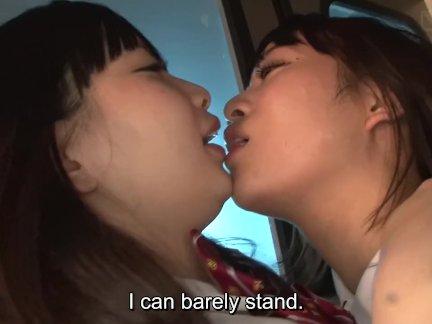 Яв лесбиянка школьницы аппликатура и поцелуи