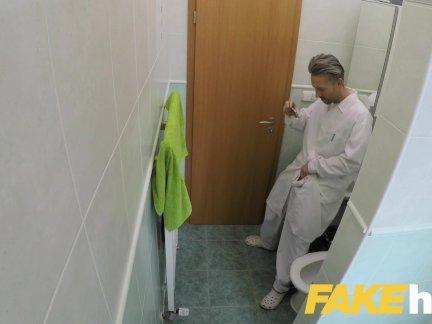 Поддельные больница врачи толстый длинный член тянется из туго бритая киска