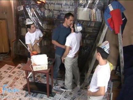 Симпатичные мальчики и папа сделать подогревом живописи оргии