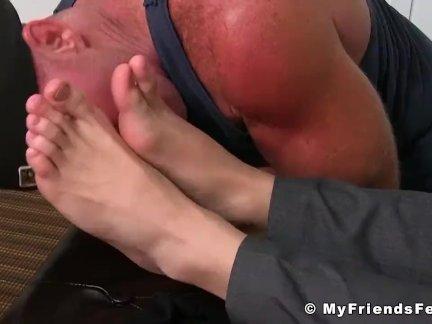 Молодой и пятно парень Марко - ноги лизали и массаж