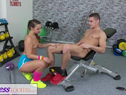 Фитнес-залы сексуальная маленькая маленькая грудь пузырь прикладом девушка трахал после тренировки