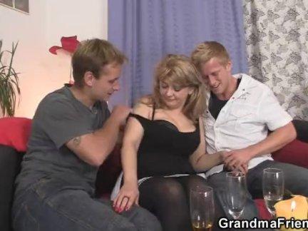 Зрелые детка в чулки глотает два членов
