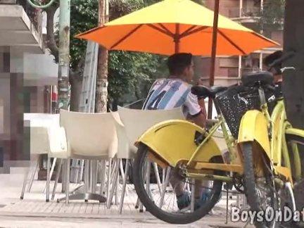 Велоспорт парни трахнут грязные в душ