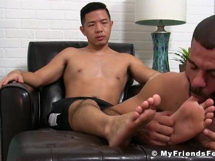 Азиатский Джок получать озабоченный в то время как его ноги становятся лизали ломоть