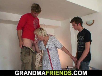 Очистка бабушка - ее киска заполнена члены