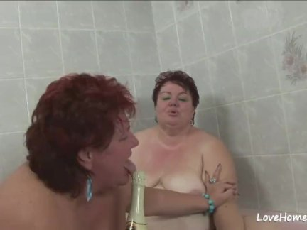 Старый жирная детка и ее девушка в ванна