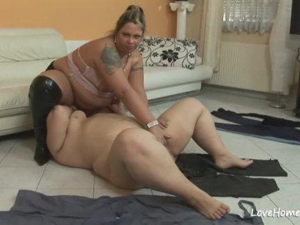 Две большие милые дамы приятно друг друга