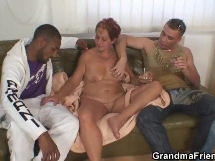 Тройка с двумя незнакомцами и горячей бабушкой