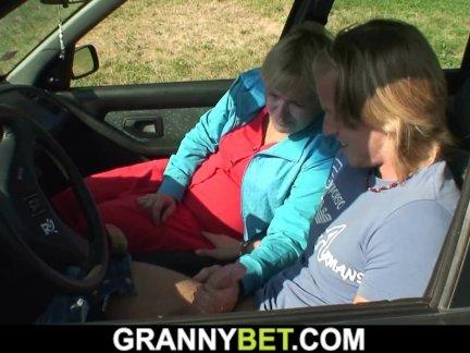 йо бабушка получать трах в машине
