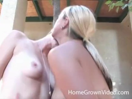Два блондинка чертовки трахают с игрушками