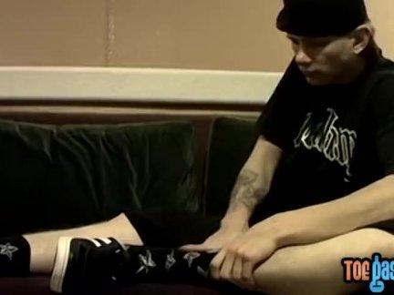 Молодой мужик пользуется немного причудливые ноги играть в то время как он один