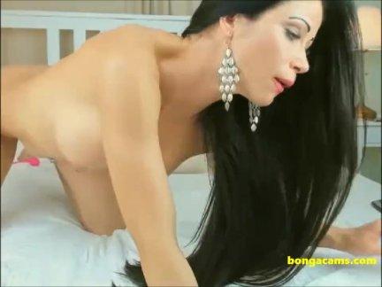 Игривый любитель брюнетка крошка, имея громкий оргазм с ее фаллоимитатором