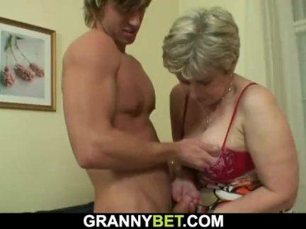 Одинокий старый бабушка трахал в различных положениях