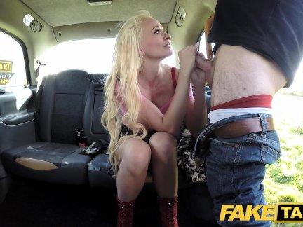 Поддельные такси Блондинка сексуальная бомба делает заднее сиденье анальный секс