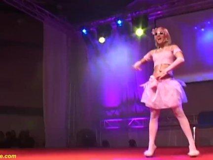 Тощий подросток кукла голый на сцене