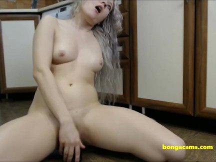 Кудрявый блондинка мастурбирует с ее дилдо на кухня