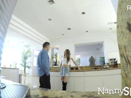 Няня сосет ее босс, чтобы выйти из неприятностей