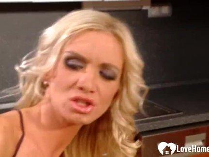 Блондинка и ее муж трахаются на кухне