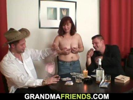 Секс втроем с горячей зрелой женщиной в чулках