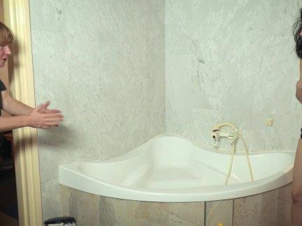 Старый дедушка трахает невинных молодых в ванной и кончает в рот