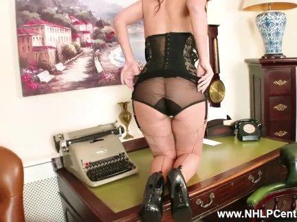 Брюнетка секретарь джесс уэст мастурбирует на стол в стильный винтажный нижнее белье