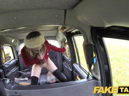 Поддельные такси маленькая блондинка принимает фаллоимитатор и член в заднем сиденье оргазмы