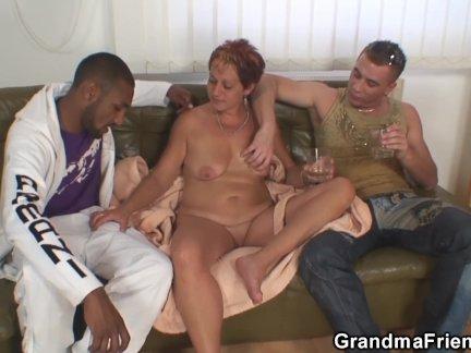 Старая бабушка глотает два члена сразу