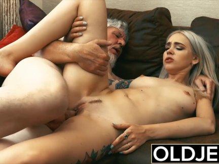 Татуированные проститутка трахал по старый мужик она глотает его кончить