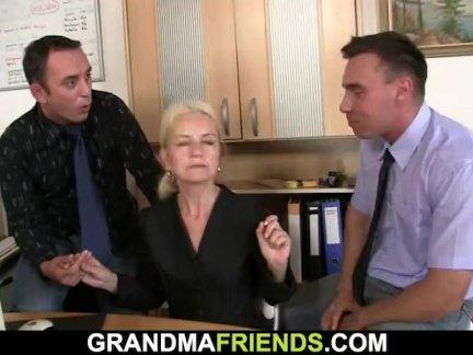 Два ребята соблазнить блондинка зрелая женщина