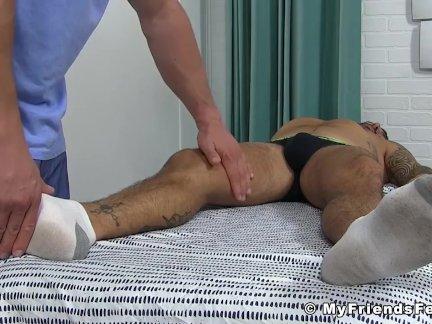 Мускулистый массажист имеет фетиш для сексуальных клиентов ноги