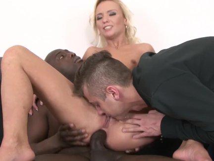 Шалава жена трахается черный мужик в перед ее муж и играет с его кончить