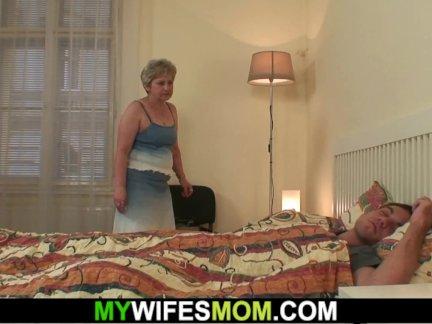 Жена находит ее мама и парень ебёт