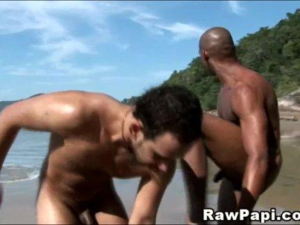 Латино на природе короли идет лижет жопу на пляже