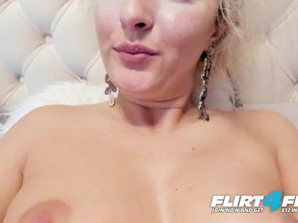 Флиртфри-мель мур-блондинка на каблуках пальцы ее туго киска в кровать