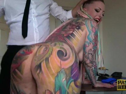 Полностью татуированные подшалава копилка рот захлопнул по грубо дом