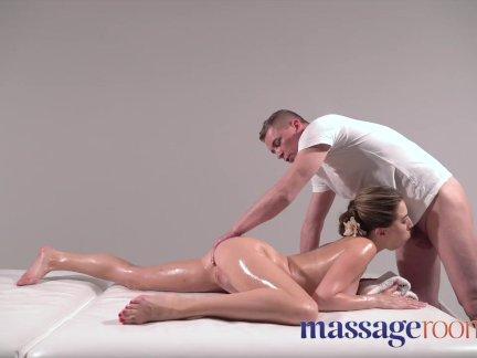 Массажные кабинеты красивая русская женщина разбрызгивание после массажа ног