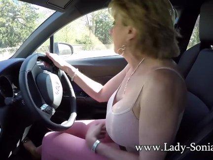 Зрелая блондинка Леди Соня играет со своими сиськами во время вождения
