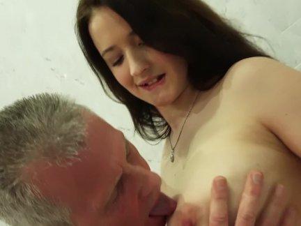 Грудастая подросток - ее киска трахал по дедушка ее большие сиськи идеально