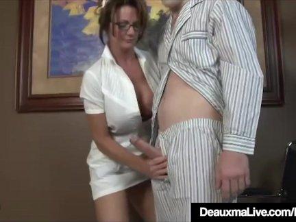 Грудастая зрелые медсестра доума дает пациент небрежный горячая мастурбирует
