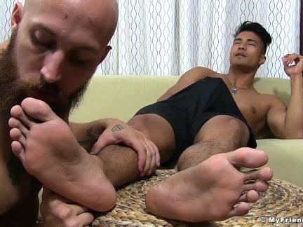 Азии кен отт сопляки от причудливый гомо пускает слюни его ноги
