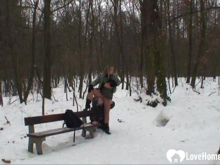 На природе зимой удовольствие с горячая блондинка телка