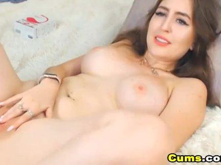 Сексуальный грудастая детка любит для играть ее пизда