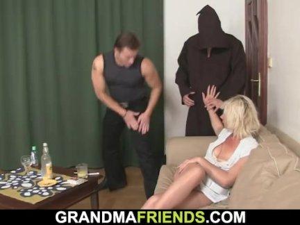 Горячая тройка секс с блондинка зрелый женщина