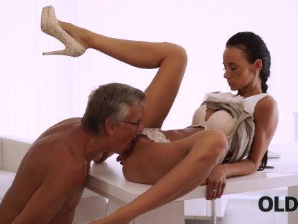 Олдк. загорелая брюнетка на лице после удивительного секса со старым боссом