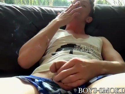 Молодой гей курит сигареты мастурбирует страстно