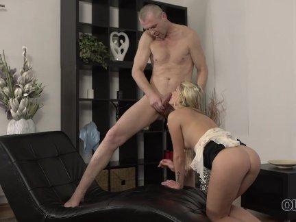 Олдк. красивая девушка и старый папа имеют удивительный секс на небольшой кушетке