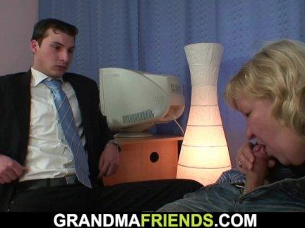 грудастая толстая бабушка глотает два члена сразу