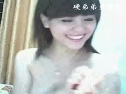 Маленькая китайский девушка игрушки ее волосатые пизда на веб-камера соло