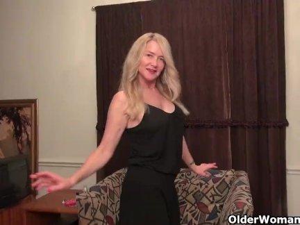 Американский мамаша блейк дает ее бритая киска лечить